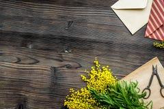 Dia internacional das mulheres do conceito com fundo de madeira t das flores Fotografia de Stock Royalty Free