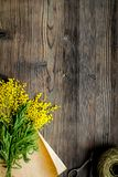 Dia internacional das mulheres do conceito com fundo de madeira t das flores Fotos de Stock Royalty Free