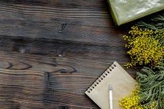 Dia internacional das mulheres do conceito com fundo de madeira t das flores Imagem de Stock