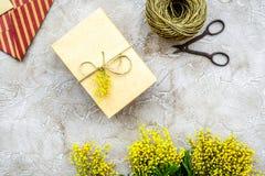 Dia internacional das mulheres do conceito com fundo de pedra das flores a Fotografia de Stock Royalty Free