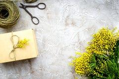 Dia internacional das mulheres do conceito com fundo de pedra das flores a Foto de Stock Royalty Free