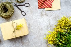 Dia internacional das mulheres do conceito com fundo de pedra das flores a Fotos de Stock Royalty Free