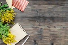 Dia internacional das mulheres do conceito com opinião superior do fundo de madeira das flores Fotos de Stock
