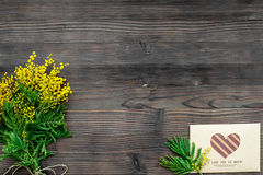 Dia internacional das mulheres do conceito com opinião superior do fundo de madeira das flores Imagens de Stock Royalty Free