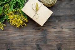 Dia internacional das mulheres do conceito com opinião superior do fundo de madeira das flores Fotografia de Stock