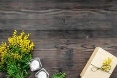 Dia internacional das mulheres do conceito com opinião superior do fundo de madeira das flores Fotografia de Stock Royalty Free