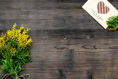 Dia internacional das mulheres do conceito com opinião superior do fundo de madeira das flores Imagem de Stock Royalty Free