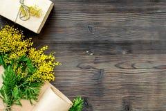Dia internacional das mulheres do conceito com opinião superior do fundo de madeira das flores Foto de Stock Royalty Free