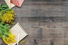 Dia internacional das mulheres do conceito com opinião superior do fundo de madeira das flores Fotos de Stock Royalty Free