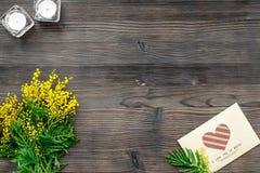 Dia internacional das mulheres do conceito com opinião superior do fundo de madeira das flores Imagem de Stock