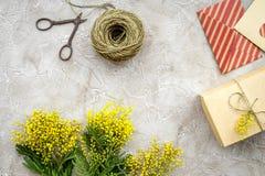 Dia internacional das mulheres do conceito com opinião superior do fundo de pedra das flores Imagem de Stock Royalty Free