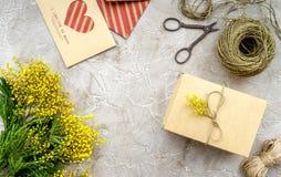 Dia internacional das mulheres do conceito com opinião superior do fundo de pedra das flores Fotos de Stock Royalty Free