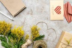 Dia internacional das mulheres do conceito com opinião superior do fundo de pedra das flores Foto de Stock Royalty Free