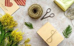 Dia internacional das mulheres do conceito com opinião superior do fundo de pedra das flores Fotografia de Stock