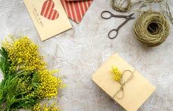 Dia internacional das mulheres do conceito com opinião superior do fundo de pedra das flores Imagens de Stock Royalty Free