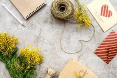 Dia internacional das mulheres do conceito com opinião superior do fundo de pedra das flores Fotos de Stock