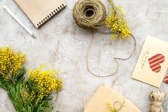 Dia internacional das mulheres do conceito com opinião superior do fundo de pedra das flores Fotografia de Stock Royalty Free