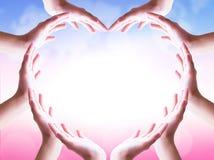 Dia internacional do conceito da amizade: mãos na forma do coração no fundo borrado fotografia de stock royalty free