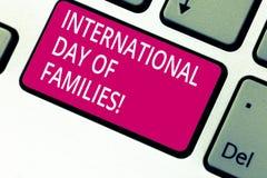 Dia internacional do texto da escrita das famílias Chave de teclado da celebração da unidade do tempo da família do significado d foto de stock