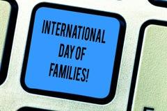 Dia internacional do texto da escrita das famílias Chave de teclado da celebração da unidade do tempo da família do significado d fotos de stock royalty free