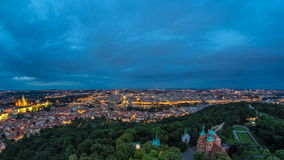 Dia maravilhoso à opinião do timelapse da noite à cidade de Praga da torre de observação de Petrin em República Checa vídeos de arquivo