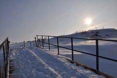 Dia maravilhoso de Frost e de sol, inverno em Rússia, mola, por do sol, acima do horizonte Imagens de Stock