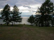 Dia nebuloso da costa do lago, o Lago Baikal fotografia de stock