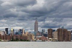 Dia nebuloso da skyline do Midtown de Manhattan, Estados Unidos de New York Imagem de Stock