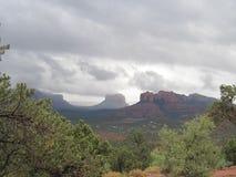 Dia nebuloso de Sedona o Arizona Imagens de Stock