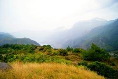 Dia nebuloso do outono nas montanhas Imagem de Stock