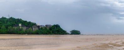 Dia nebuloso e praia imagem de stock