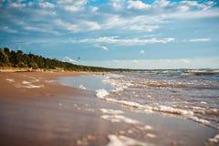 Dia nebuloso na praia Foto de Stock Royalty Free