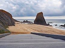 Dia nebuloso na praia de Santa Cruz, Portugal imagem de stock