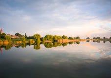 Dia nebuloso no lago Fotografia de Stock