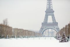 Dia nevado em Paris, França fotografia de stock royalty free