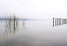 Dia nevoento no lago Balaton, Hungria imagens de stock