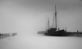 Dia nevoento no porto Fotografia de Stock Royalty Free