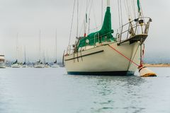 Dia nevoento, Seascape com os barcos de navigação entrados no porto fotografia de stock royalty free