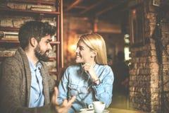 Dia no café Pares novos imagens de stock royalty free