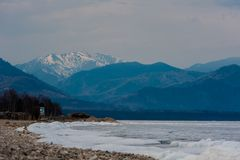 Dia no lago Baikal Flutuação da mola do gelo Imagem de Stock