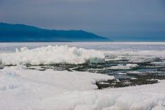 Dia no lago Baikal Flutuação da mola do gelo Foto de Stock