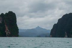 Dia nublado no lago Lan de Cheow em Tailândia Imagens de Stock Royalty Free