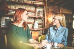 Dia para a bisbolhetice Mulheres no café fotografia de stock