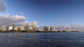 Dia que estabelece o tiro de San Diego Skyline como visto da baía vídeos de arquivo