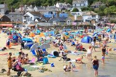 Dia quente e ensolarado em Lyme Regis