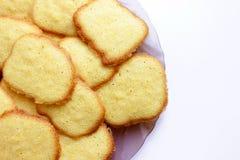 Dia rund, gelbe, süße Plätzchen auf einer Platte auf Weiß stockbild