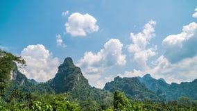 Dia Timelapse da montanha da pedra calcária em Khao Sok, Tailândia video estoque
