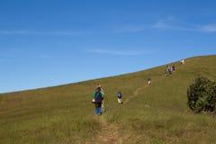 Dia Trekking nas montanhas Fotos de Stock