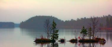 Dia triste quieto da queda no lago quieto Imagens de Stock