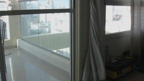 Dia ventoso e janela com cortinas filme